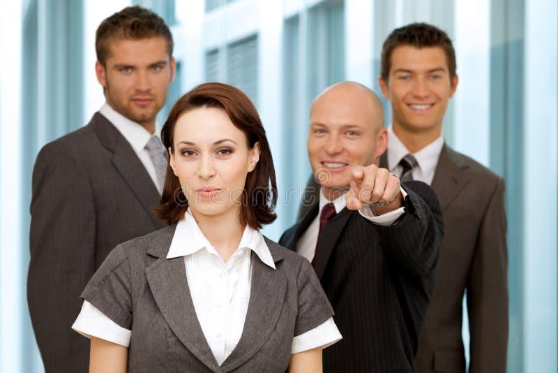 Retrato de executivos caucasianos novos no escritório imagens de stock