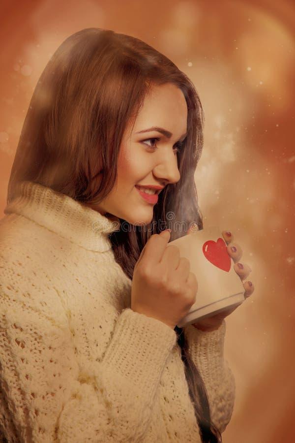 Retrato de Faboluos de la chica joven encantadora con la bebida caliente en taza imagen de archivo libre de regalías