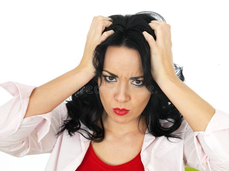 Retrato de Fed Up Young Hispanic Woman frustrante que olha de sobrancelhas franzidas imagens de stock