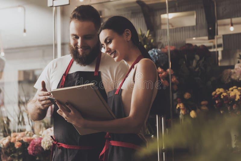 Retrato de floristas de sorriso homem e mulher foto de stock