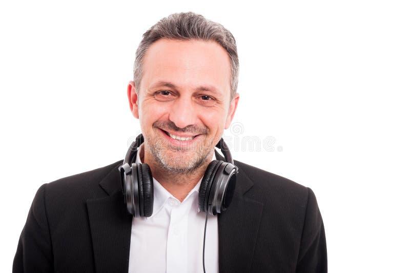 Retrato de fones de ouvido vestindo de sorriso do homem em torno do pescoço foto de stock