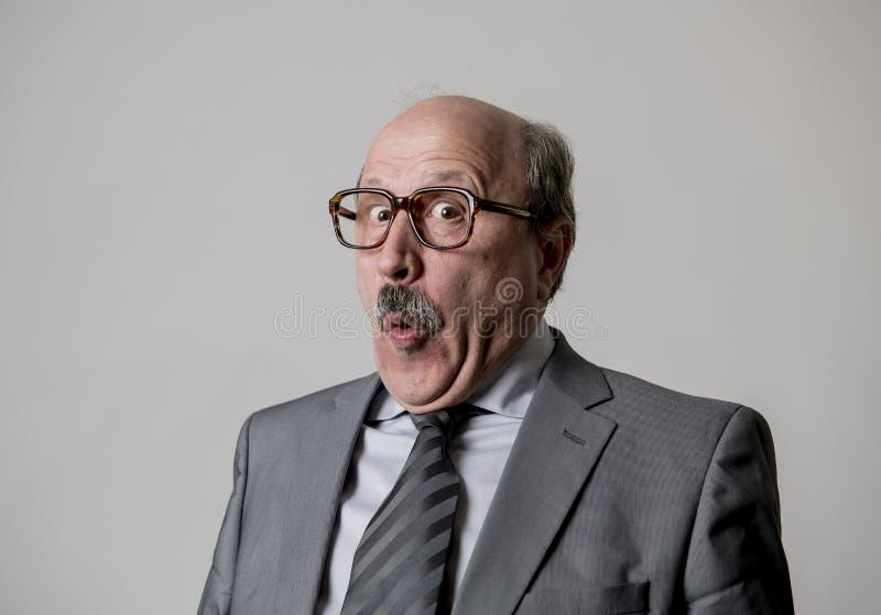 Retrato de gesticular feliz superior calvo do homem de negócio 60s engraçado e cômico na expressão da cara do riso e do divertime fotos de stock royalty free