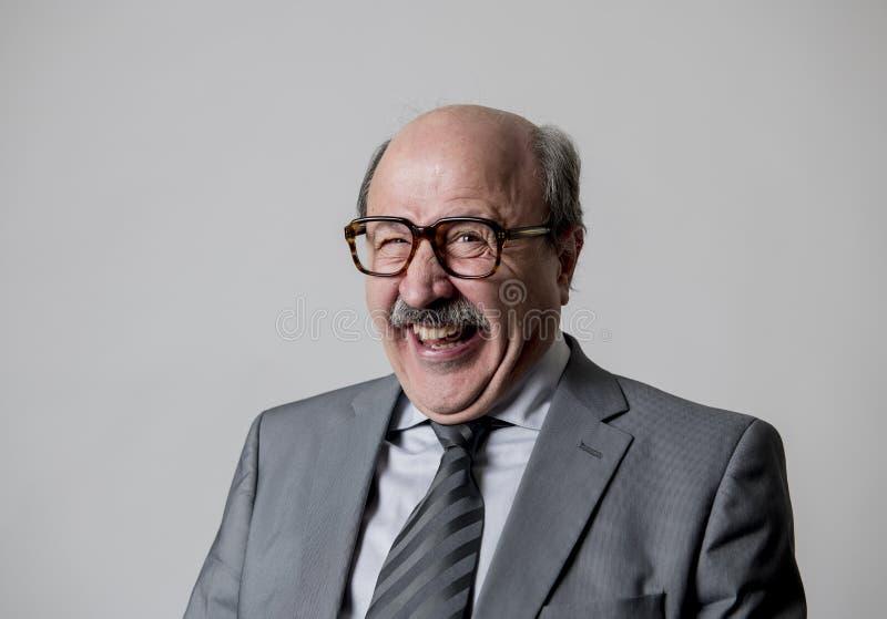 Retrato de gesticular feliz superior calvo do homem de negócio 60s engraçado e cômico na expressão da cara do riso e do divertime imagem de stock royalty free