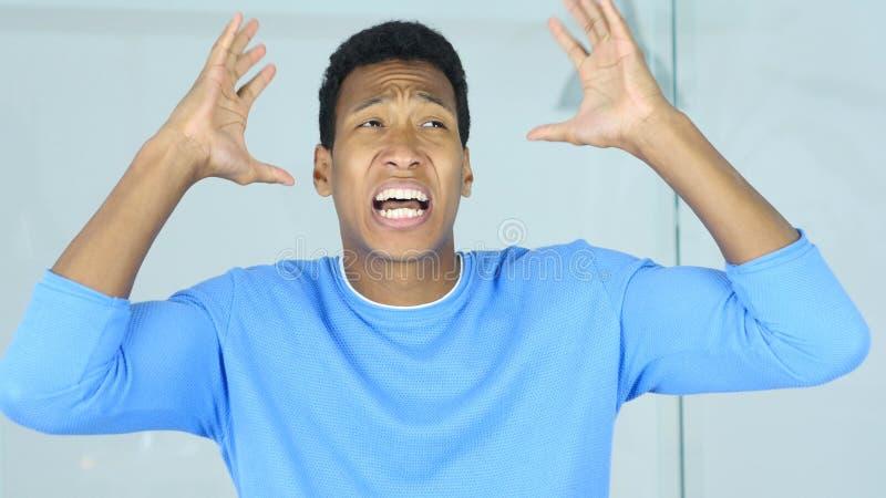 Retrato de gritar al hombre afroamericano joven trastornado imagen de archivo