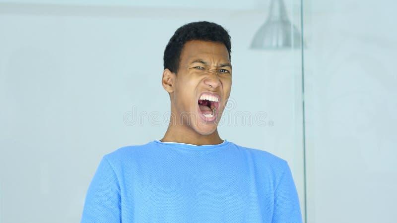 Retrato de gritar al hombre afroamericano trastornado imagen de archivo libre de regalías