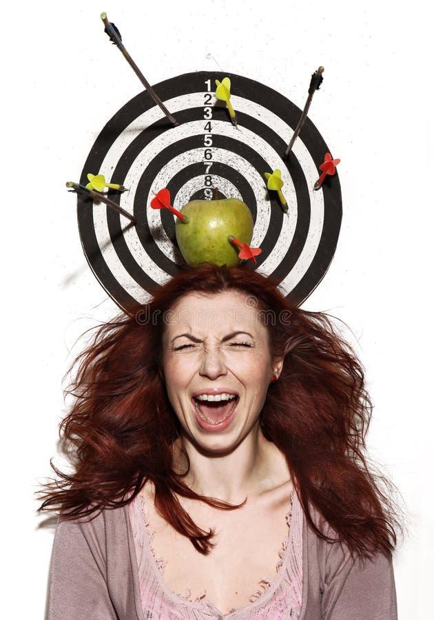 Retrato de grito da menina com maçã, dardos e setas imagens de stock royalty free