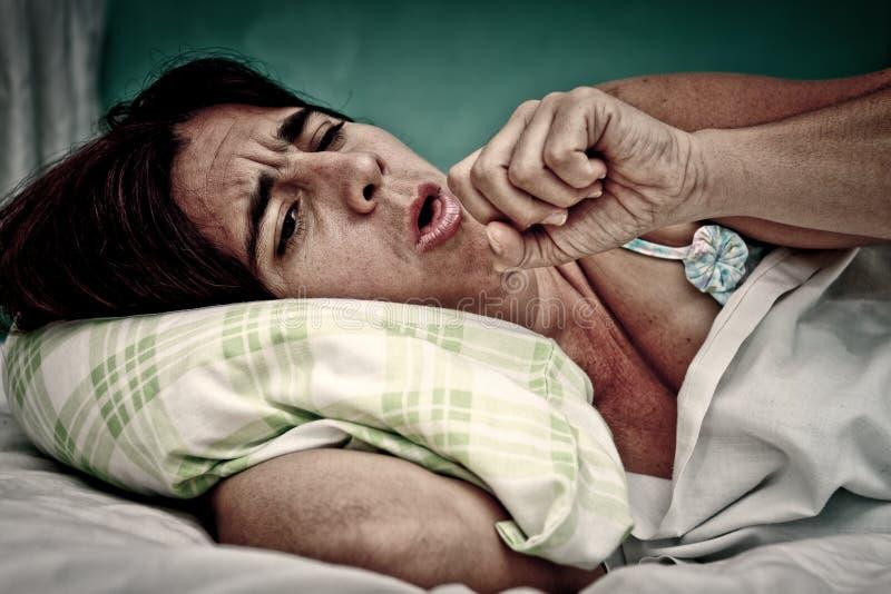 Retrato de Grunge de tossir doente da mulher imagens de stock