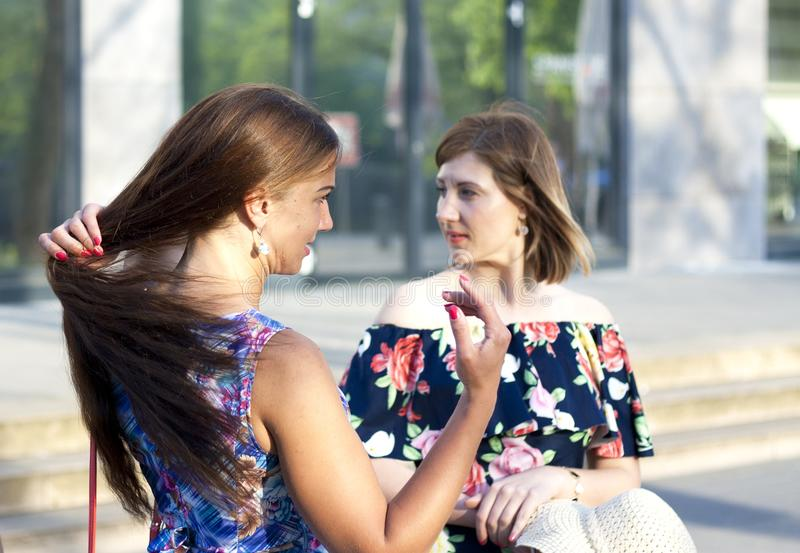 Retrato de hablar hermoso dos en la calle imagen de archivo