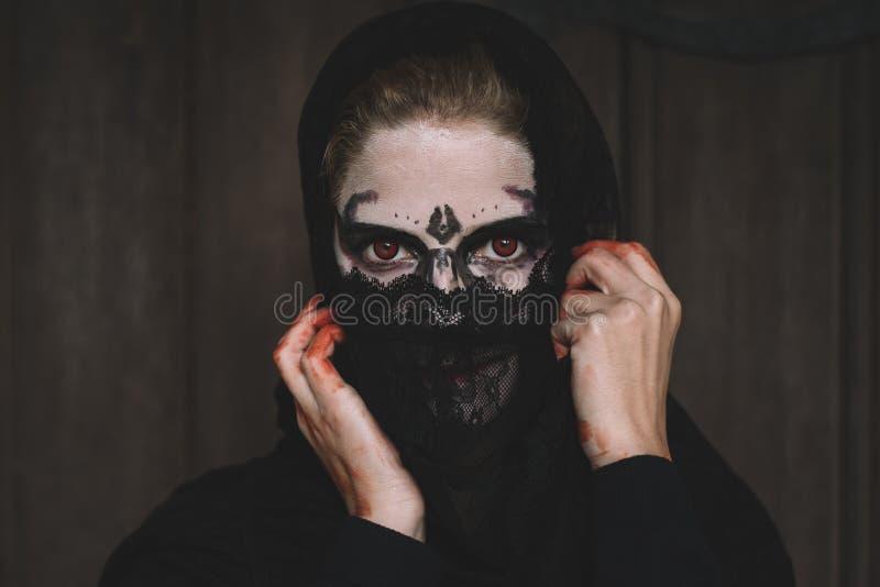 Retrato de Halloween de la mujer espeluznante foto de archivo libre de regalías