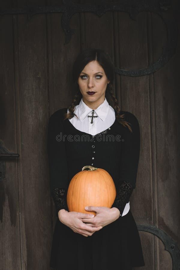 Retrato de Halloween de la mujer espeluznante imagenes de archivo