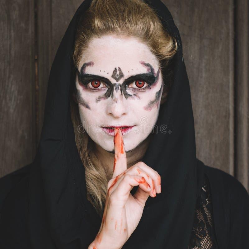 Retrato de Halloween de la mujer espeluznante imágenes de archivo libres de regalías