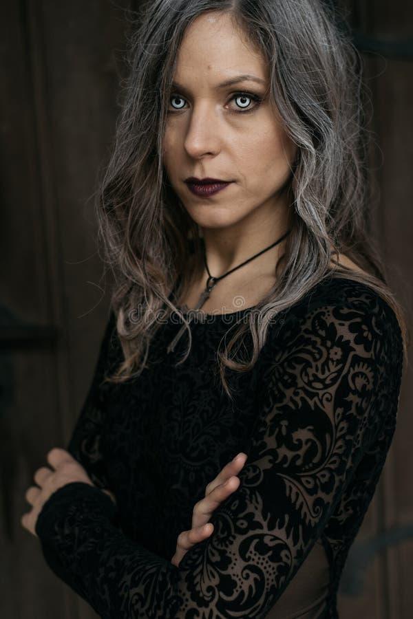 Retrato de Halloween de la mujer espeluznante fotos de archivo