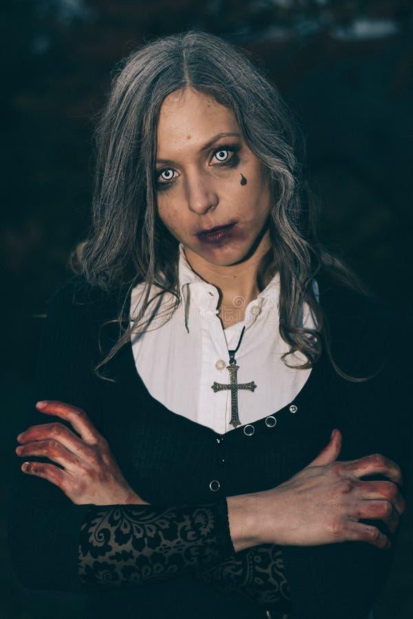Retrato de Halloween de la mujer espeluznante fotografía de archivo
