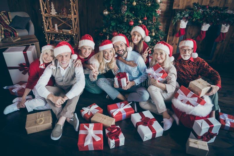 Retrato de hermosas y alegres parejas de hermanos de la familia grande y completa con gorro sombrero sombrero cabeza sentado en el foto de archivo libre de regalías