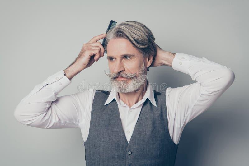 Retrato de hombre maduro cepillo de pelo sedoso anti dander peinado procedimiento higiénico que necesita preparar la empresa imagen de archivo