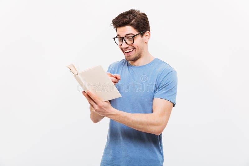 Retrato de homem educado nos vidros vestindo w de sorriso da camisa azul imagens de stock