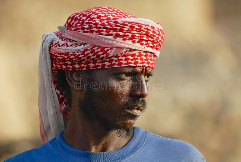 Retrato de homem n?o identificado que veste o len?o principal tradicional em Aden, I?men fotos de stock royalty free