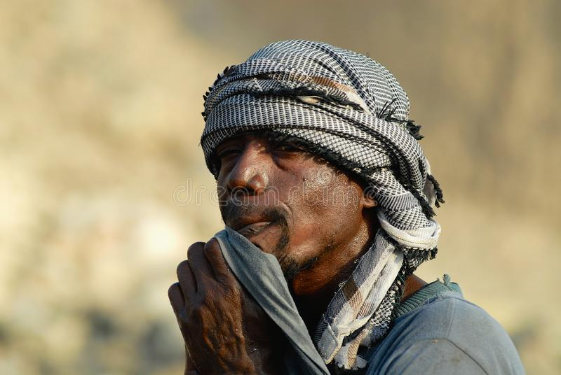 Retrato de homem n?o identificado que veste o len?o principal tradicional em Aden, I?men foto de stock royalty free