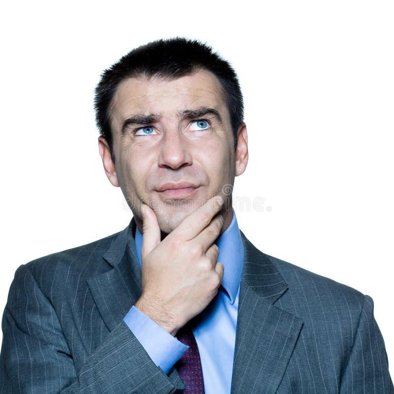 retrato de homem pensativo confuso que olha acima imagem de stock