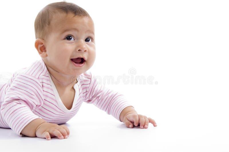 Retrato de jugar al bebé lindo que mira hacia arriba foto de archivo libre de regalías