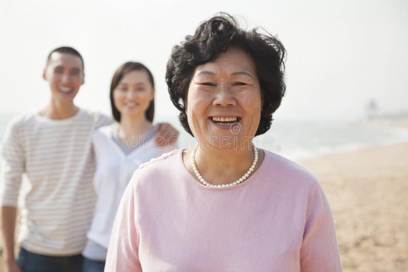 Retrato de la abuela con los pares jovenes fotografía de archivo libre de regalías