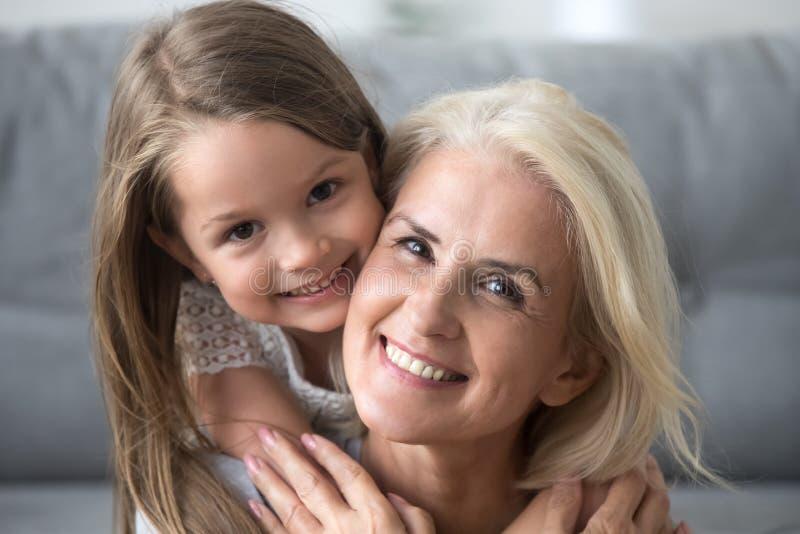 Retrato de la abuela feliz y de la nieta preciosa fotografía de archivo