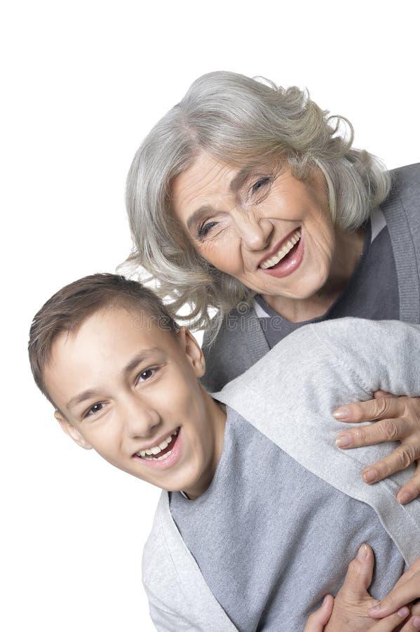 Retrato de la abuela y del nieto que se divierten en el fondo blanco fotos de archivo