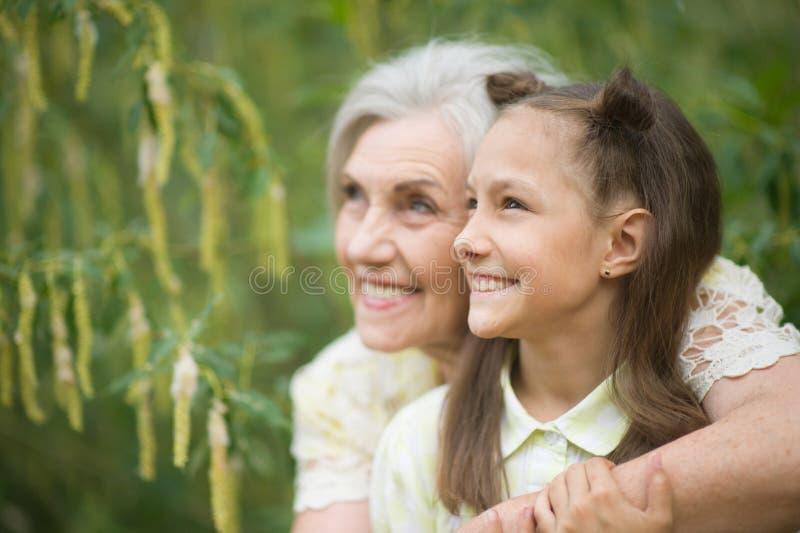 Retrato de la abuela y de la nieta en parque fotos de archivo libres de regalías