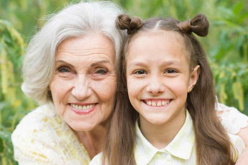 Retrato de la abuela y de la nieta en parque foto de archivo libre de regalías