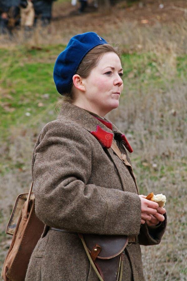 Retrato de la actriz vestido como soldado soviético ruso de la Segunda Guerra Mundial en la reconstrucción militar-histórica en S imagen de archivo