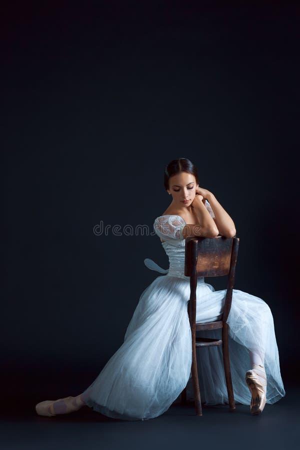 Retrato de la bailarina clásica en el vestido blanco en fondo negro fotos de archivo libres de regalías