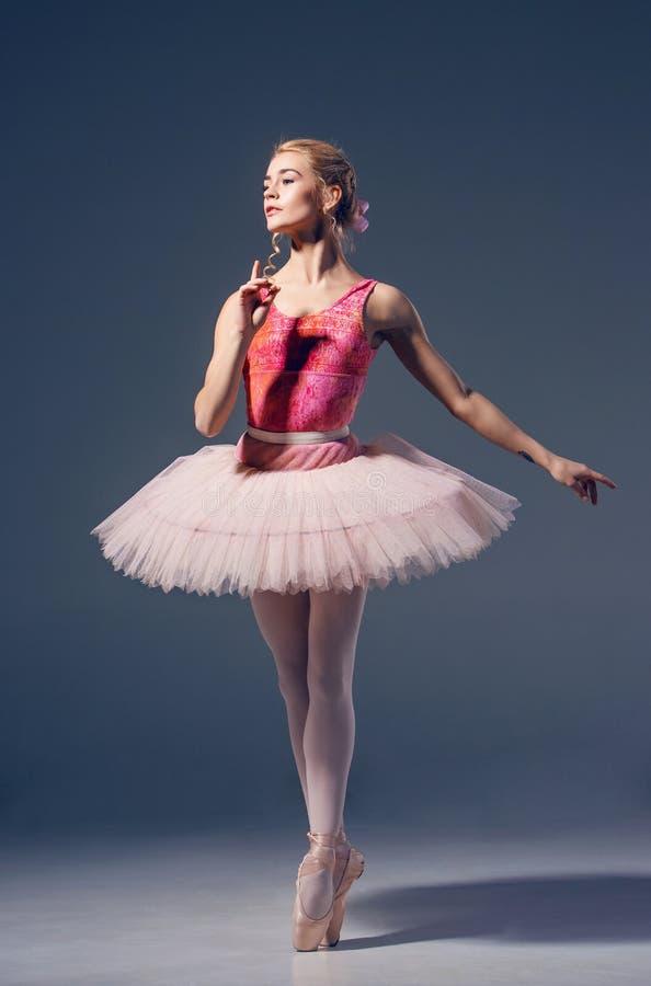 Retrato de la bailarina en actitud del ballet foto de archivo