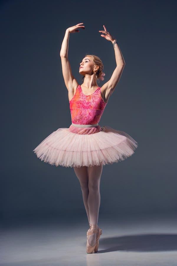 Retrato de la bailarina en actitud del ballet fotografía de archivo