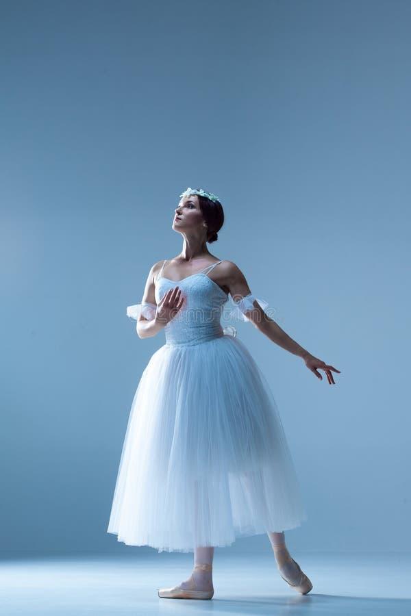 Retrato de la bailarina en fondo azul imagen de archivo