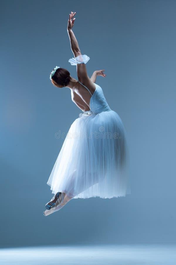 Retrato de la bailarina en fondo azul imagenes de archivo
