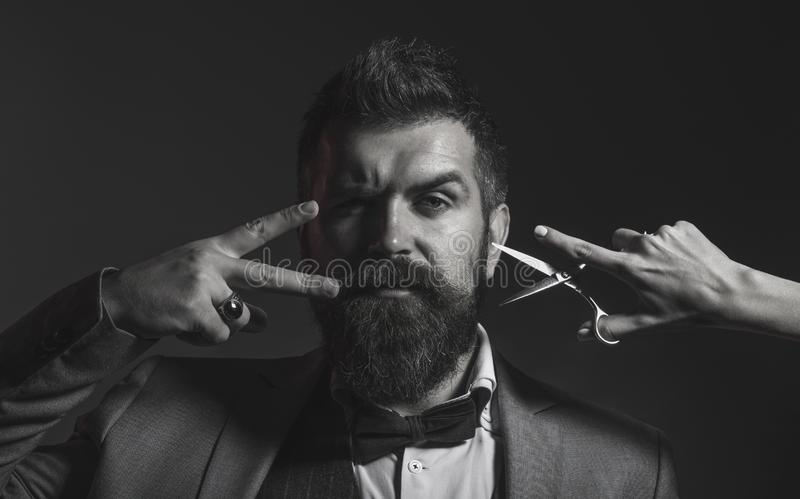 Retrato de la barba elegante del hombre Hombre barbudo, varón barbudo Tijeras del peluquero, peluquería de caballeros Barbería de imágenes de archivo libres de regalías