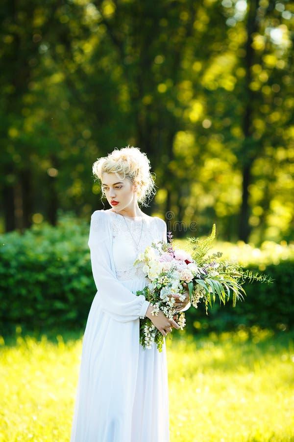 Retrato de la bella arte de una muchacha en el vestido blanco del vintage foto de archivo