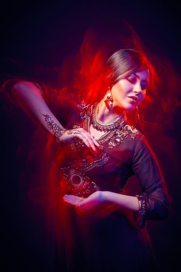 Retrato de la bella arte del indio hermoso de la moda imagenes de archivo