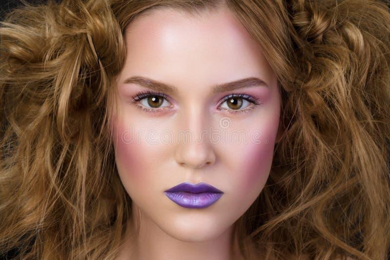 Retrato de la belleza de la chica joven con maquillaje del podio de la moda fotografía de archivo libre de regalías