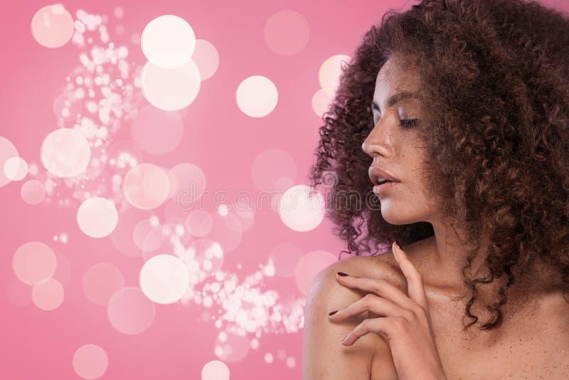 Retrato de la belleza de la muchacha con el peinado afro Muchacha que presenta en fondo rosado Tiro del estudio fotografía de archivo libre de regalías