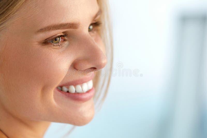 Retrato de la belleza de la mujer con la sonrisa hermosa de la cara fresca de la sonrisa fotografía de archivo