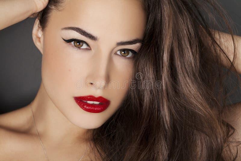 Retrato de la belleza de la mujer con los labios rojos fotografía de archivo libre de regalías