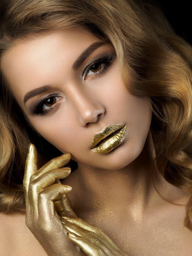 Retrato de la belleza de la mujer joven con maquillaje de oro foto de archivo libre de regalías