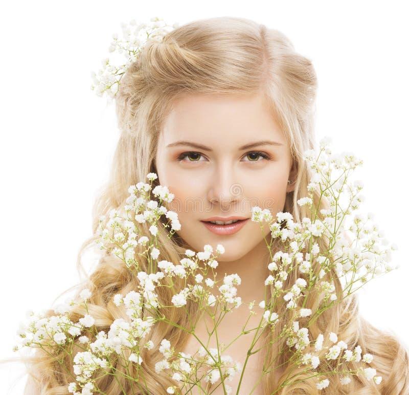 Retrato de la belleza de la mujer, maquillaje de la chica joven, flor y pelo rubio imagenes de archivo