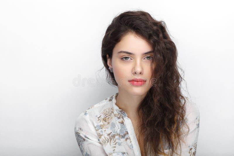 Retrato de la belleza de la mujer morena de mirada fresca adorable joven con el pelo rizado sano marrón largo Emoción y expresión fotos de archivo