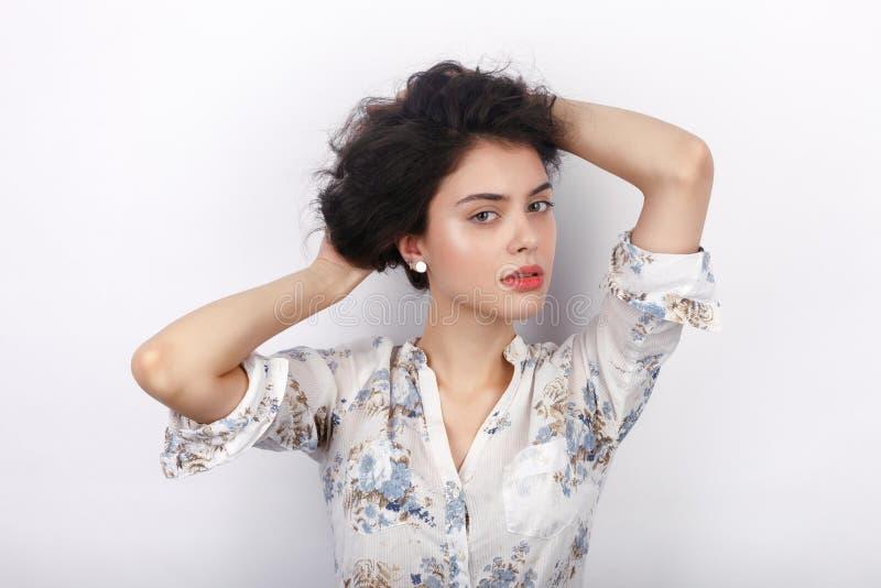 Retrato de la belleza de la mujer morena de mirada fresca adorable joven que juega con su pelo trenzado rizado sano marrón largo  fotos de archivo