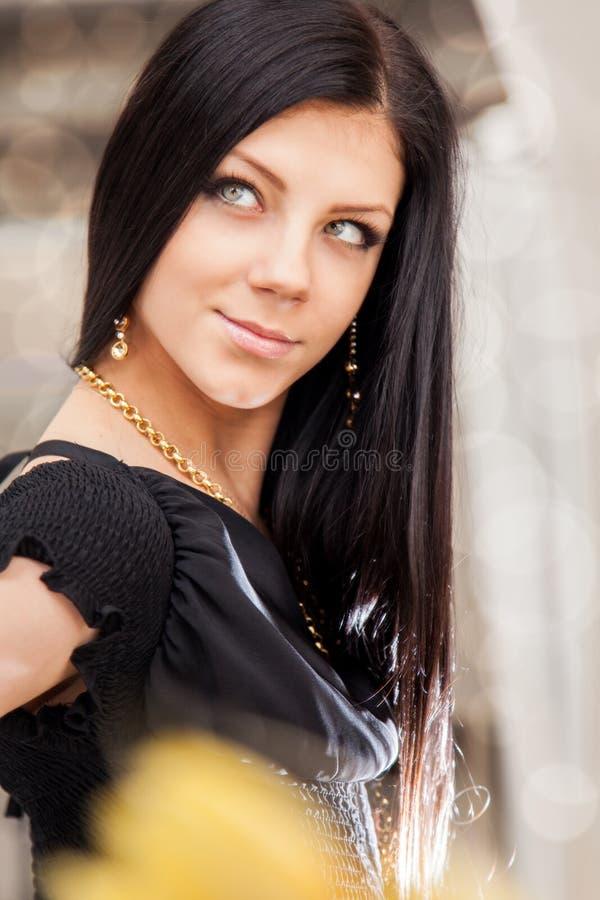 Retrato de la belleza de la mujer morena joven sonriente de pelo largo fotografía de archivo