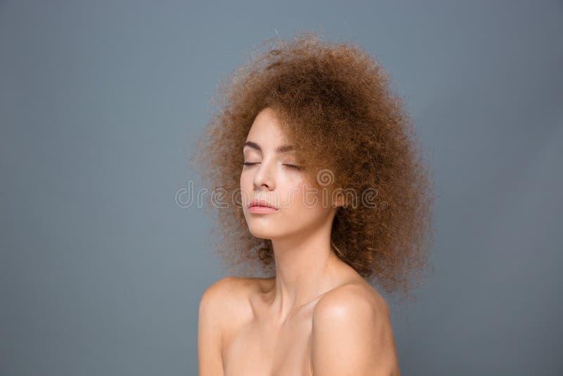 Retrato de la belleza de la mujer natural joven con el peinado rizado voluminoso imagen de archivo libre de regalías