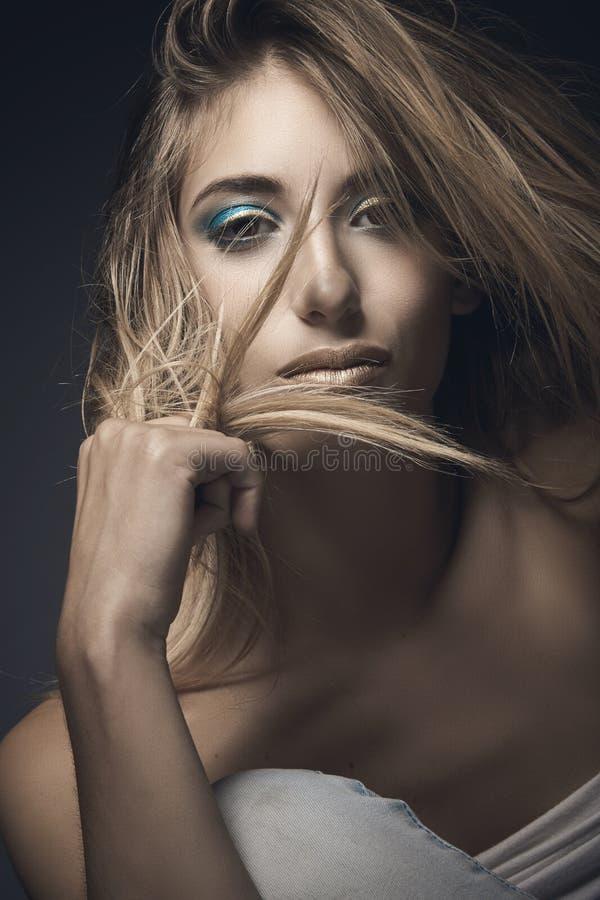 Download Retrato De La Belleza De La Mujer Rubia Atractiva Foto de archivo - Imagen de feliz, hermoso: 42437202