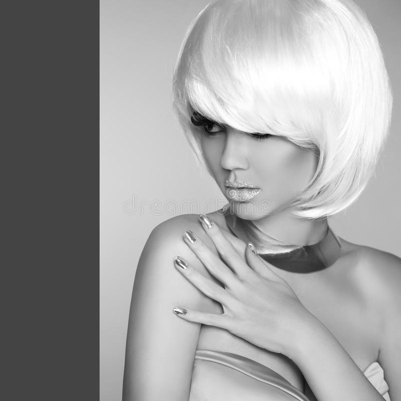 Retrato de la belleza de la mujer rubia atractiva en fondo gris Moda imagen de archivo